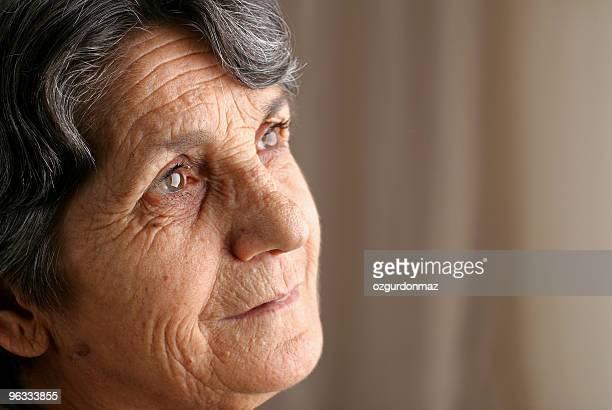 Pensativo mujer mayor