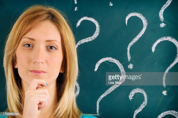 Nachdenklich Frau vor der Frage erinnert auf Tafel gezeichnet