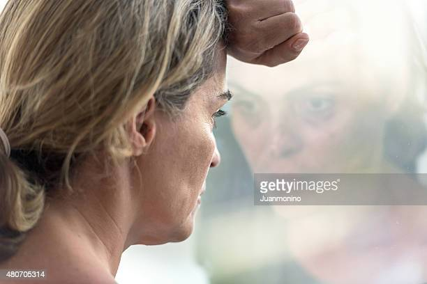 pensive woman - ongerust stockfoto's en -beelden