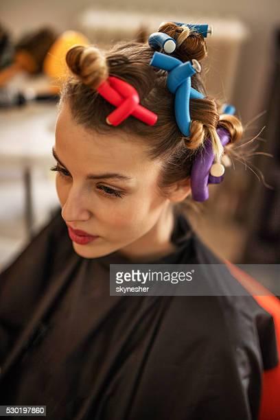 Songeur femme avec Bigoudi de cheveux.