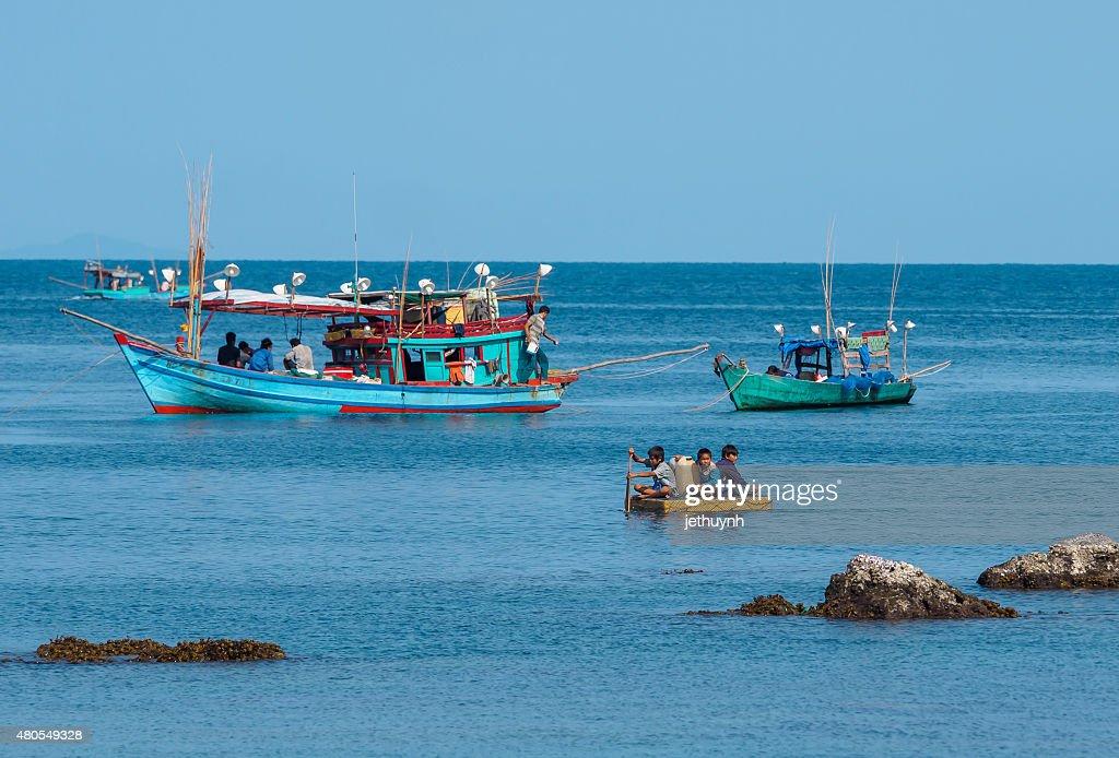 Pessoas e barcos em movimento no porto de pesca : Foto de stock