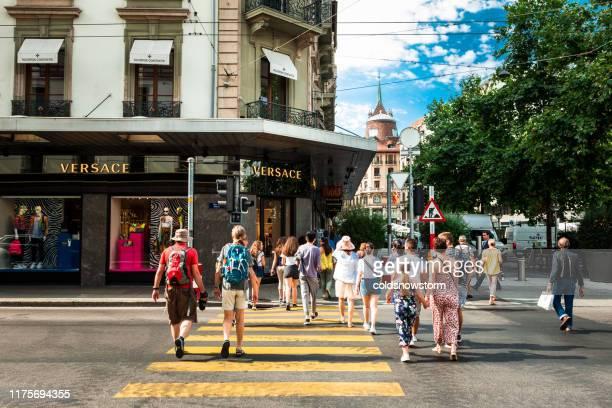 personas y boutiques en las calles de ginebra, suiza - geneva switzerland fotografías e imágenes de stock