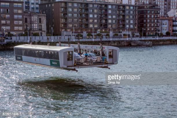 Personas y coches en barco de transferencia del Puente Vizcaya en Getxo, España