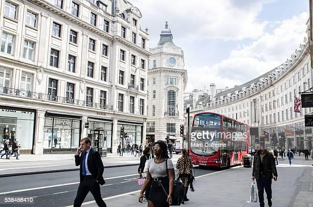As pessoas e o autocarro de dois andares, passa pelo Reagent Rua