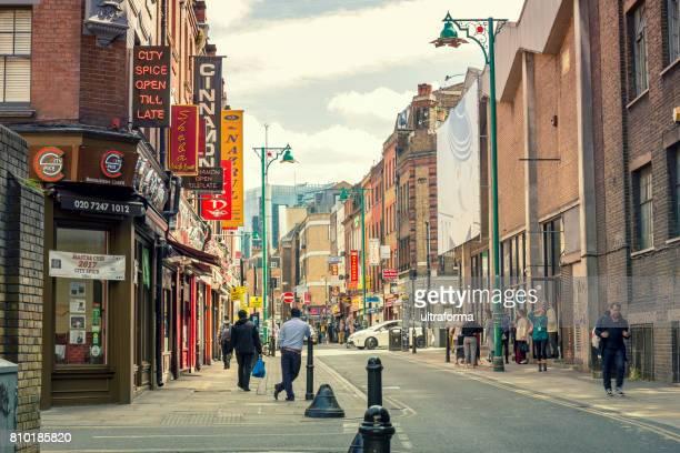 mensen en winkels op brick lane in londen - londen stadgebied stockfoto's en -beelden
