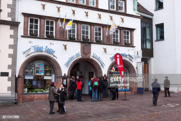 Menschen und Touristen im Tourismusbüro Paderborn