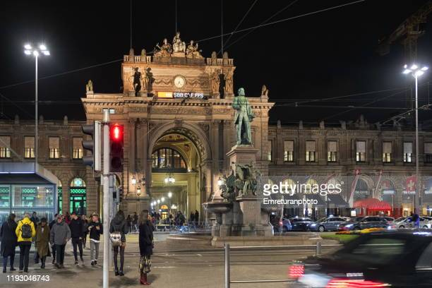people and traffic in front of zurich train station during rush hour on an autumn day - emreturanphoto - fotografias e filmes do acervo