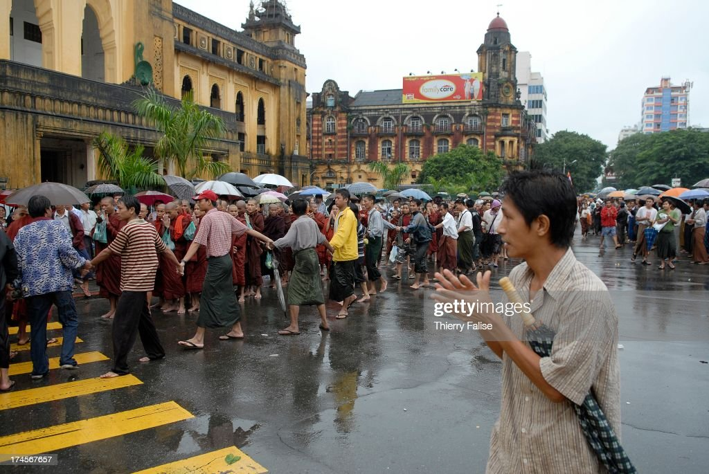 People applaud as Burmese Buddhist monks protesting against... : News Photo
