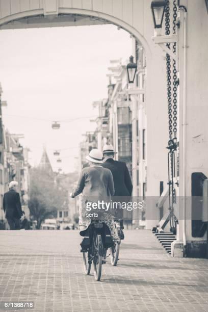 アムステルダムで、細い橋の上の人々、サイクリングします。