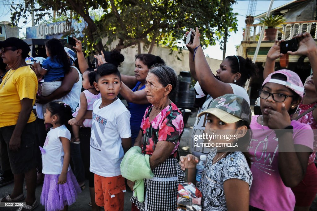 People are pictured at Kilometro 30 community near the Acapulco resort in Guerrero State, Mexico, on February 14, 2018. Violence in the state of Guerrero claimed the lives of two priests on February 5, 2018. / AFP PHOTO / Alfredo ESTRELLA / TO