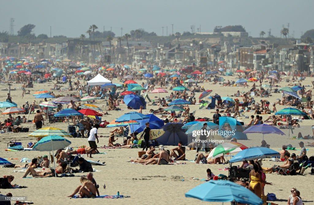 Orange County Beaches In Southern California Remain Open During Coronavirus Lockdown : Nieuwsfoto's