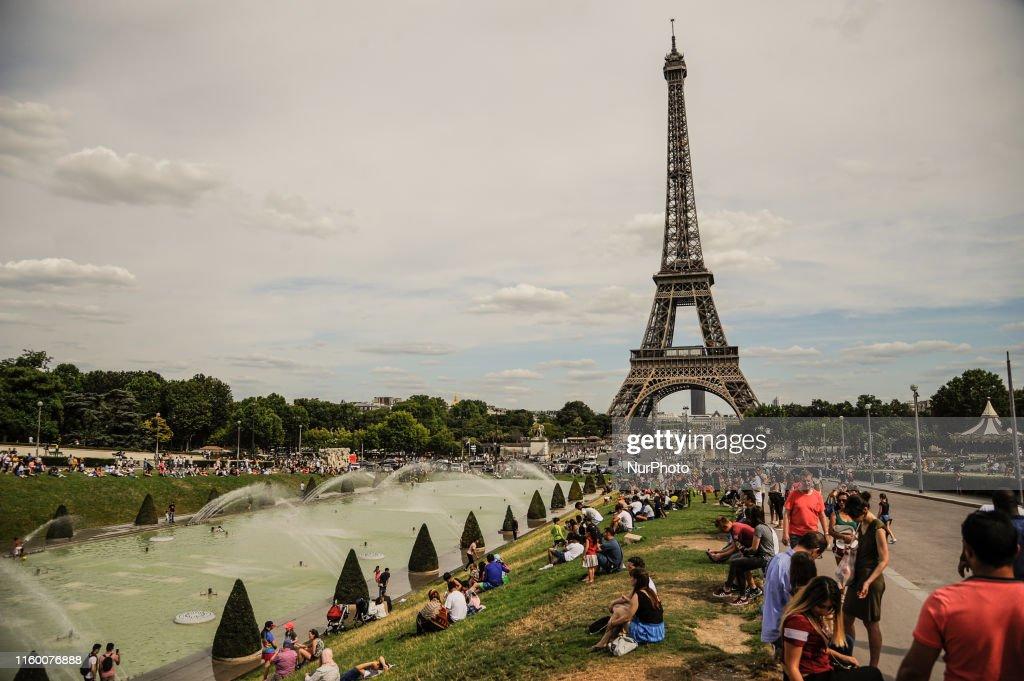 Daily Life In Paris : Fotografia de notícias