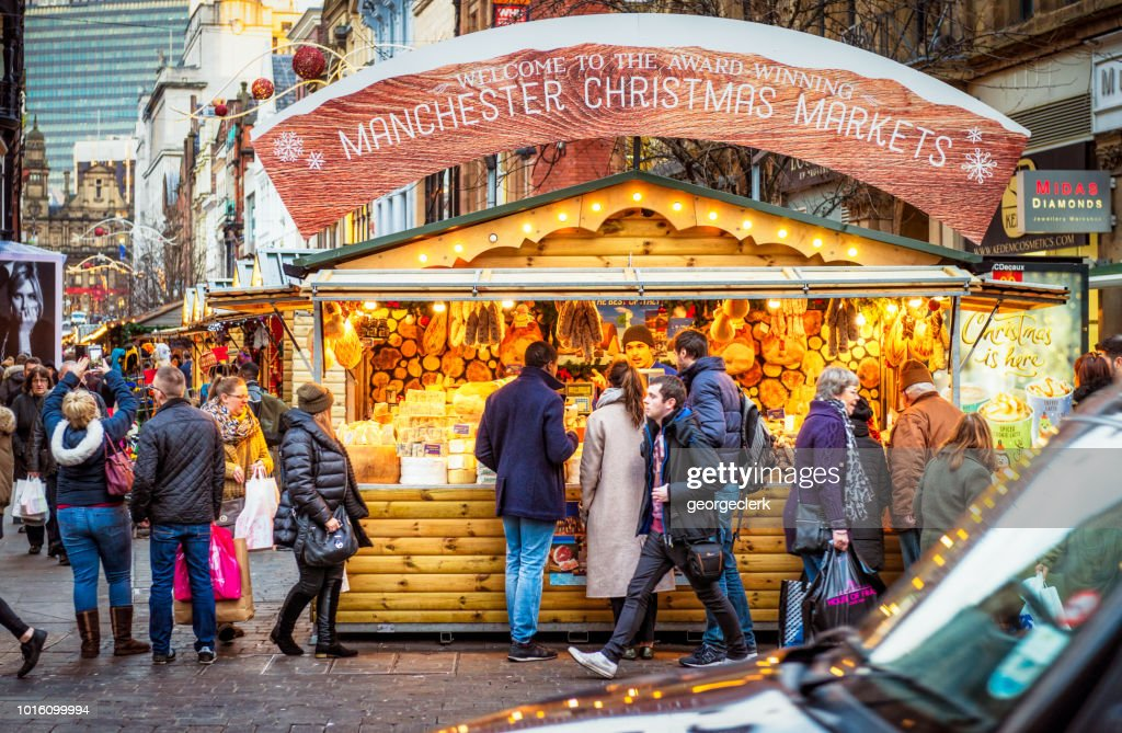 People at a Christmas stall in Manchester, England : Foto de stock