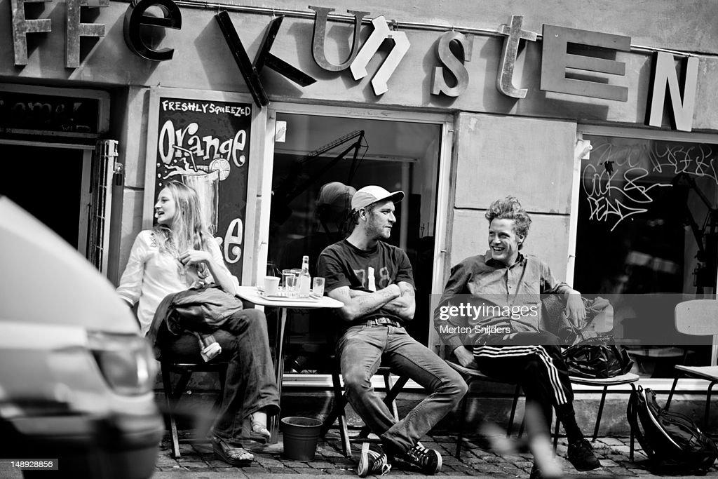 People at a coffee bar terrace on Larsbjornsstraede. : Stockfoto