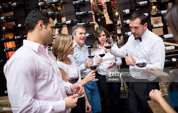 Menschen an einer Weinprobe