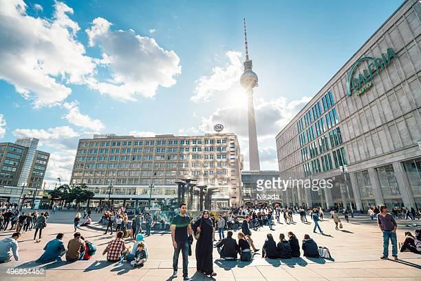 Menschen am Alexanderplatz in Berlin-Mitte