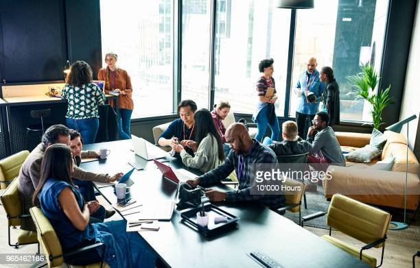 people at business meeting - werkplek stockfoto's en -beelden