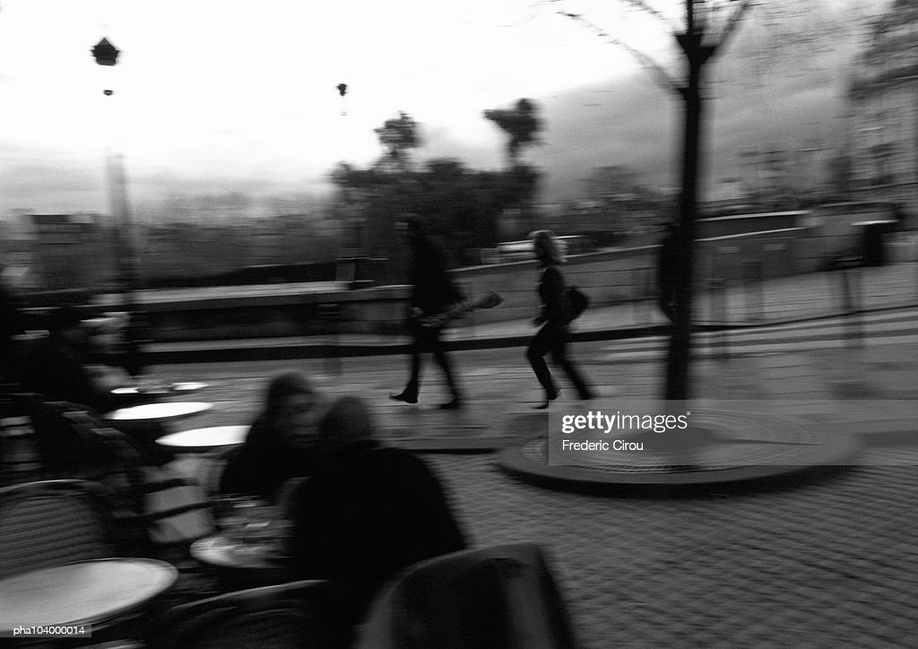 People at cafe terrace, blurred, b&w : Stockfoto