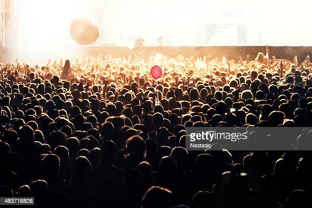 gens sur le concert fête - scène urbaine photos et images de collection