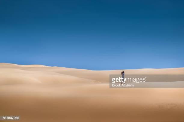 people at desert - paisajes de emiratos arabes fotografías e imágenes de stock