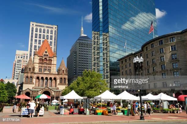 menschen am bauernmarkt in boston - copley square stock-fotos und bilder