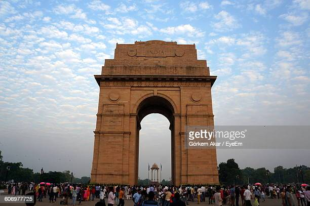 people at india gate against sky - india gate stock pictures, royalty-free photos & images