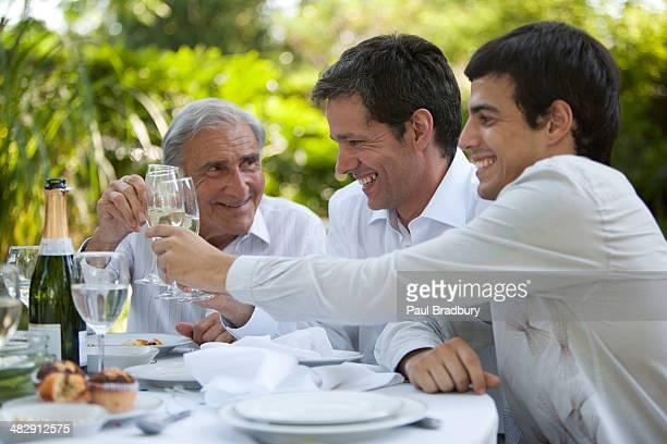 Pessoas na festa tabela de torrar Vinho Branco