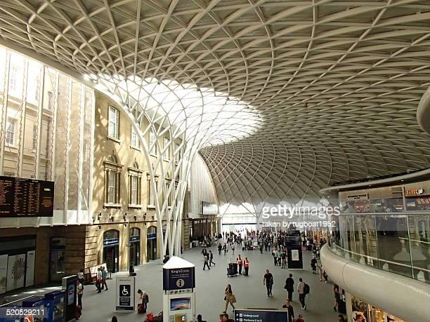 people at railway station, london - キングスクロス駅 ストックフォトと画像
