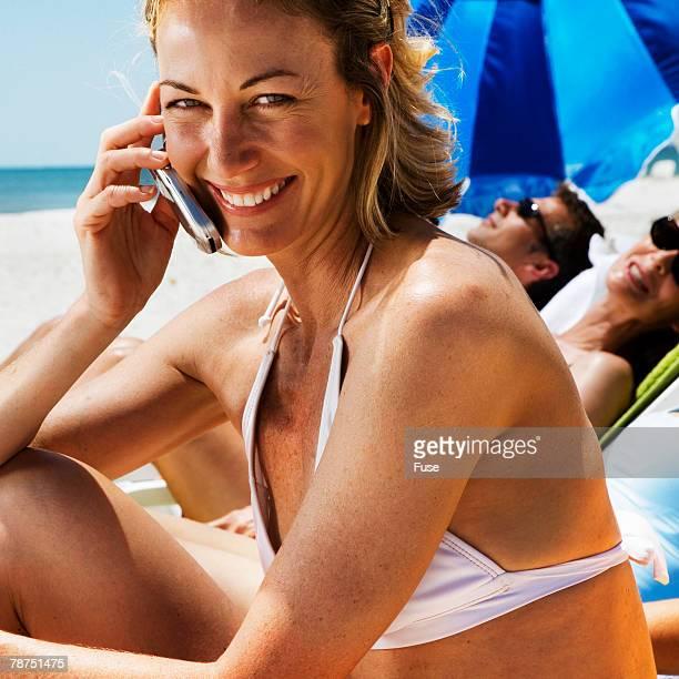 people at the beach - homem moreno imagens e fotografias de stock