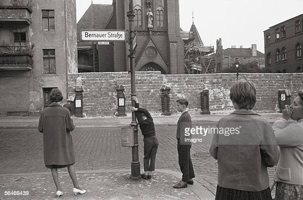 People at the Berlin Wall in front of the church of reconciliation Photopgrahy Germany 1961/62 [Westberliner vor der Berliner Mauer bei der...