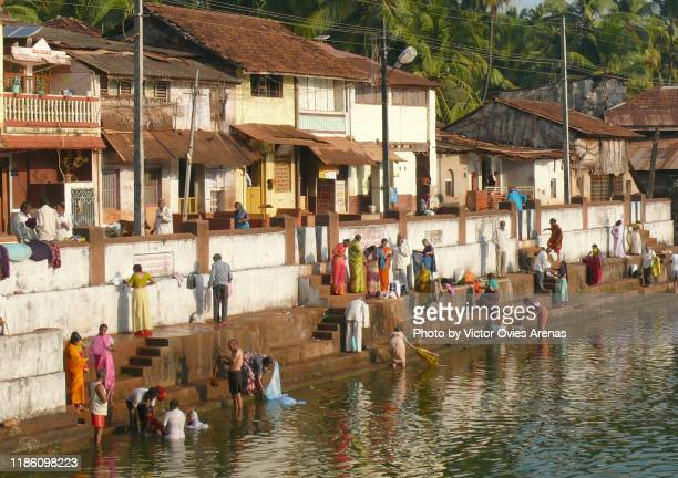 people at the holy koorti teertha tank in the morning for daily bath and ablutions in gokarna, karnataka, india - victor ovies fotografías e imágenes de stock