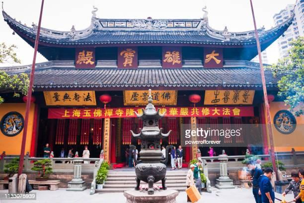 Menschen im Jade Buddha Tempel in Shanghai, China