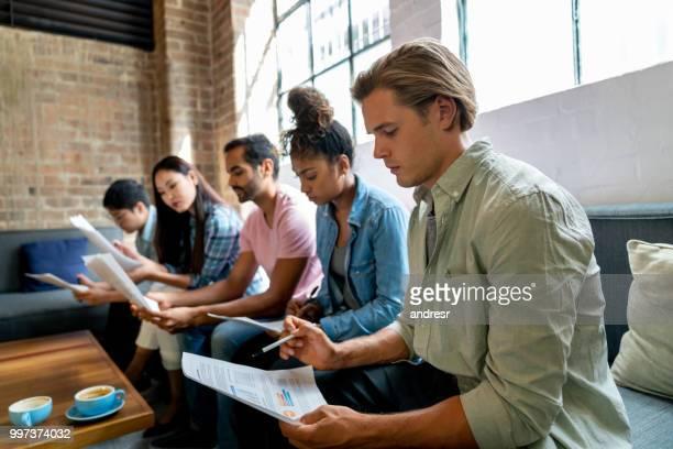 Personas en la oficina esperando una entrevista de trabajo