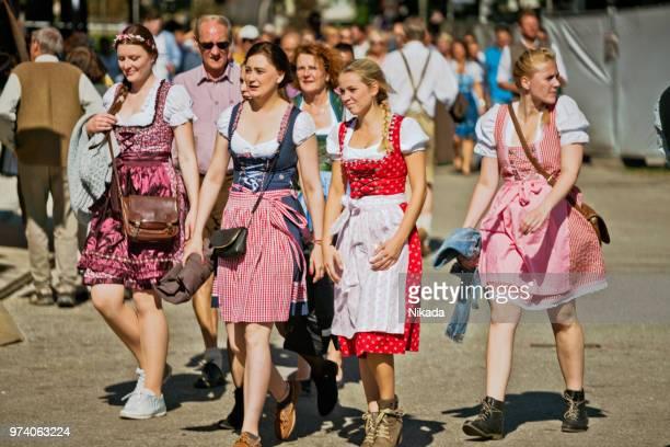 pessoas na oktoberfest em munique, alemanha - roupa tradicional - fotografias e filmes do acervo