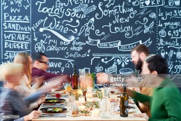 Personnes autour de la table