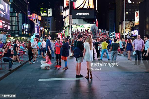 Menschen am Times Square, New York City bei Nacht
