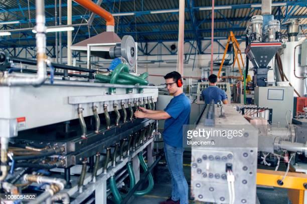 mensen op het werk. industriële vervaardiging binnenshuis. - industriële apparatuur stockfoto's en -beelden