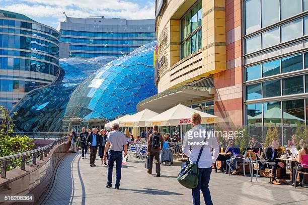 Menschen im Einkaufszentrum Zlote Tarasy in Warschau, Polen
