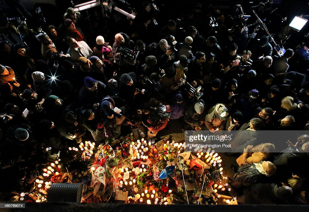 BROOKLYN, NY - DECEMBER 21: People attend a candlelight vigil o : News Photo