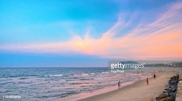 människor badar, idrotter på vackra stränder vid solnedgången - quảng ngãi bildbanksfoton och bilder