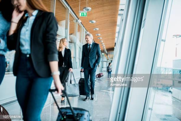 mensen die aan boord van het vliegtuig - zakenreis stockfoto's en -beelden