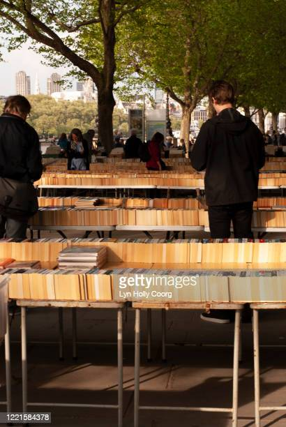 people browsing through books for sale on the south bank london - lyn holly coorg stock pictures, royalty-free photos & images