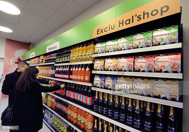 'UN COMMERCE HALAL D'UN NOUVEAU GENRE OUVRE SES PORTES EN REGION PARISIENNE' People buy food at 'Hal' shop' a supermarket selling halal food in...