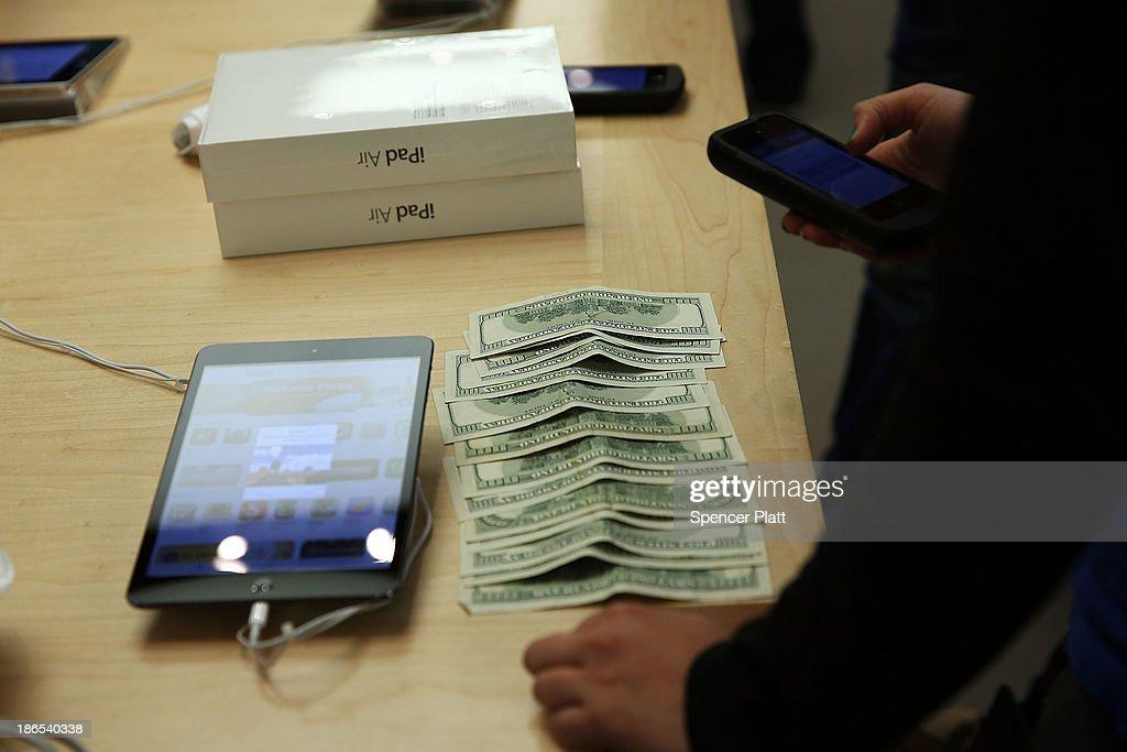Apple's New iPad Air Goes On Sale : News Photo