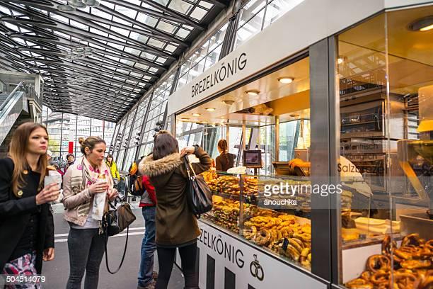Menschen Einkauf und Essen snacks, Luzern Bahnhof