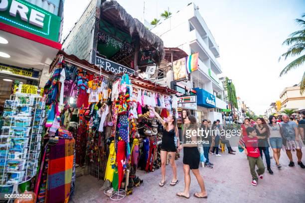 personas que compran los regalos en la tienda de regalos en playa del carmen - 5ta avenida, méxico - playa del carmen fotografías e imágenes de stock