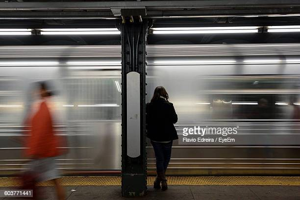 people by trains at subway station - new york city subway stock pictures, royalty-free photos & images