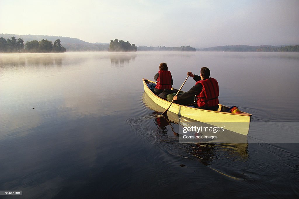People canoeing on lake : Stockfoto