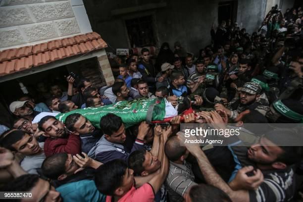 People carry the dead body of Beha Abdurrahman Kadih who was killed after Israeli soldiers opened fire during his funeral ceremony at Abasan alKabira...