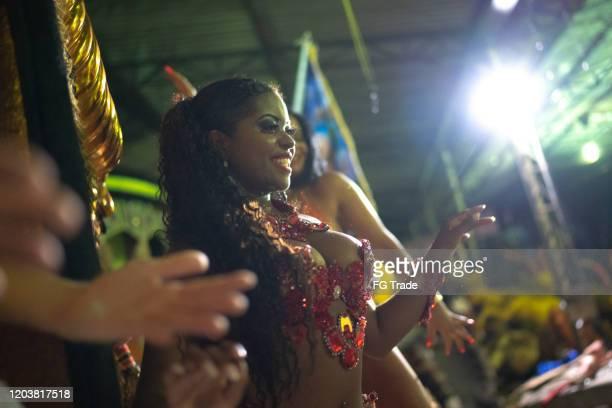 les gens célébrant et dansant le carnaval brésilien - parti politique photos et images de collection